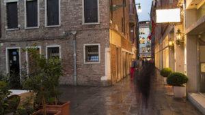 Uličkami směrem na náměstí San Marco (večer)