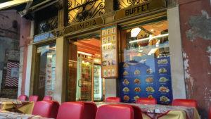 Kavárny jsou otevřeny od pěti hodin a všude voní káva... (ráno)