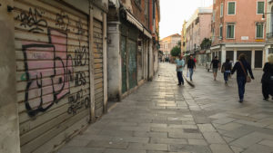Ranní ulice jsou liduprázdné a italské (ráno)