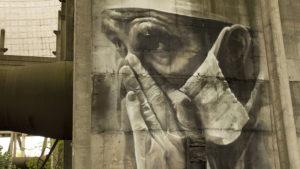 Grafiti francouzského malíře na zdi chladící věže