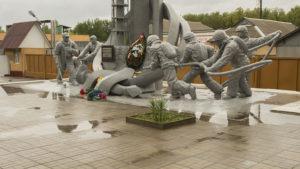 Památník zahynulým hasičům před požární stanicí v Černobylu