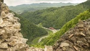 Pohled z hradu Drákuly (Catatea Poienari) na silnici Transfagarašan