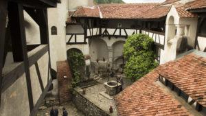 Nádvoří filmového hrady Drákuly v obci Bran