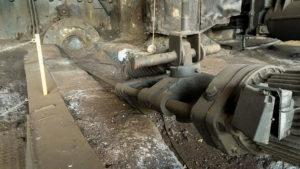 Zařízení pro odpich vysoké pece. Zařízením se prorazila ucpávka vysoké pece, přes kterou pak proudilo roztavené surové železo.