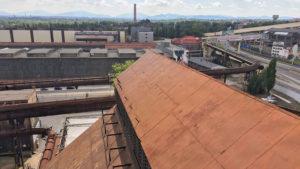 Pohled z ochozů vysoké pece přes závody Vítkovických železáren na Beskydy v pozadí. Vpravo rychlostní silnice do Frýdku Místku.