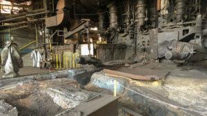 Zařízení pro odpich vysoké pece. Koryty v popředí proudilo roztavené surové železo k železničním vozům (vlevo oděv hutníka).