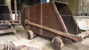 Vozík skypu, kterým se vytahovala po kolejích na šikmé ploše ruda do sazebny nad zvonem vysoké pece.