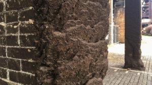 Surovým železem postříkaný sloup. V tomto místě teklo seshora v korytě surové železo do železničních vagónů.