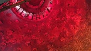Šamotová vyzdívka vysoké pece. Nahoře zvon vysoké pece, kterým se do pece sypala ruda. Dnes je interiér vysoké pece součástí prohlídky s průvodcem.