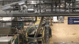 Výrobní hala, právě se plnily plechovky
