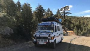 Minibusy pendlující pohořím Ríf