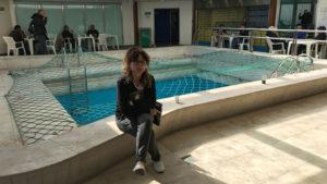 Lenka u zasíťovaného, prázdného bazénu na lodi