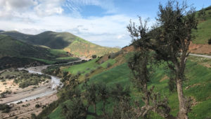 Pista vede nádhernou krajinou pohoří Ríf