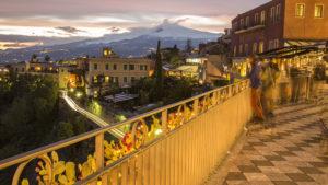Pohled z náměstí Taorminy na Etnu