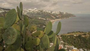 Zasněžené pobřeží Sicílie