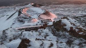 Jeden z kráterů Etny při západu slunce