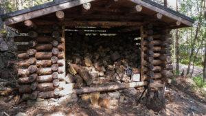 ...a u každého ohniště chatka s našpalkovaným dřevem