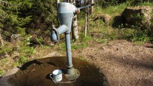 Pumpy s pitnou vodou jsou po celé rezervaci