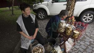 Nejen, že prodávaly houby a lesní ovoce, tety nám hlídaly i auto