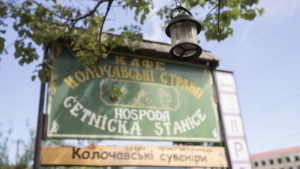 Poutač hospody Četnická stanice v Koločavě