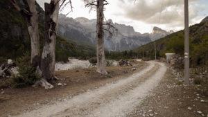 Cesta procházející Théthem, údajně bude dvou let asfaltová