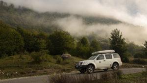 Trhající se mlha nedaleko za hraničním přechodem v Albánii