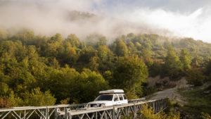 Ocelový most s dřevěnou podlahou přes osmdesát metrů hluboký kaňon