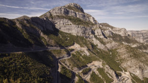Silnice SH20 vede od hraničního přechodu s Černou Horou až k městu Koplik