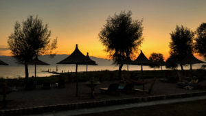 Pláž v kempinku Lake Shkodra Resort v teplém večeru