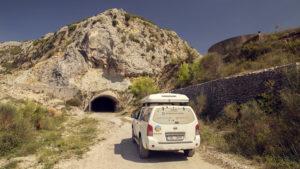 Před tunelem v lomu nad městem Elbasan
