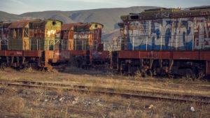27 českých lokomotivT669 tu zarůstá křovím