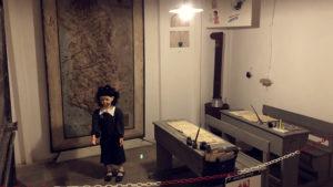 Panenka v jedné z učeben bunkru působila strašidelně :-)
