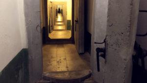 Do bunkru se vstupuje přes šest takovýchto železo-betonových vrat