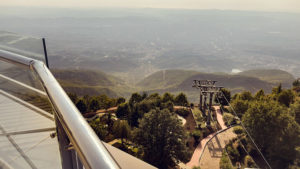 Přes smog nebyla Tirana téměř vidět