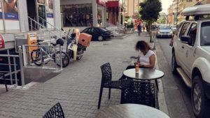 Zastávka ve městě Elbasan, kde během chvíle zaparkovalo za námi české auto
