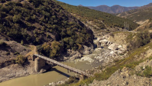 Řeka, která zanedlouho bude plnit přehradu a silnici SH71 nadobro pohřbí