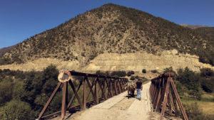O přejíždění krásných mostů není na silnici SH71 nouze