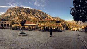 Ráno na náměstí v obci Gjerbes