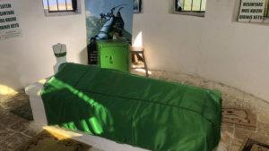 Zakrytá rakev v hrobce