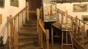 Interiér vinárny vedle kempu ve městě Berat
