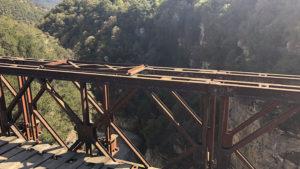 Pohled z mostu do osmdesáti metrové hloubky