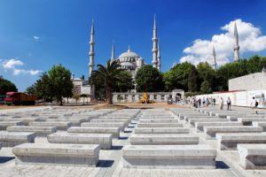 Mešita Sultan Ahmet Camii, pojmenována podle svého zakladatele sultána Ahmeda, známá také jako Modrá mešita. Zajímavá je svou významností, jelikož má šest minaretů, což je největší možný počet minaretů ze všech mešit. Více už může mít jen Mekka, jejíž mešita má minaretů sedm, ten sedmý byl dostavěn poté, co vznikla Modrá mešita v Istanbulu.