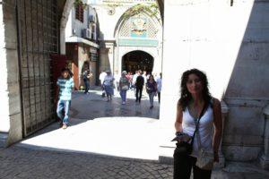Lenka před vchodem do Grand bazaru