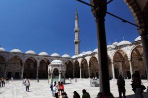 Na nádvoří mešity Sultan Ahmet