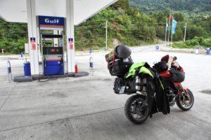 V Inebolu nás otočila policie kvůli deště a my se na nějakou dobu museli schovat na benzínovou pumpu