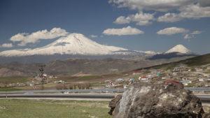 Projel jsem sedlo a otevřel se mi tento pohled! Ararat, vyhaslá sopka a dnes nejvyšší hora Turecka s nadmořskou výškou 5137 metrů. Poslední erupce Araratu proběhla v roce 1840