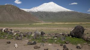 Ze sedla jsem sjel k městu Dogubayazit a i od pastvin byl pohled na Ararat úžasný! Na křižovatce ve městě jsem pak pořídil i titulní fotografii této části cestopisu