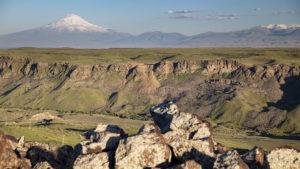 Jedu na sever a od Araratu se vzdaluji. V tuto dobu mi moc nepříjemně svítilo zapadající slunce do očí!