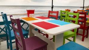 Příjemná a barevná restaurace na terase nad Černým mořem