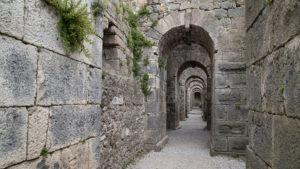Zachovalé chodby v antickém městě na Akropoli